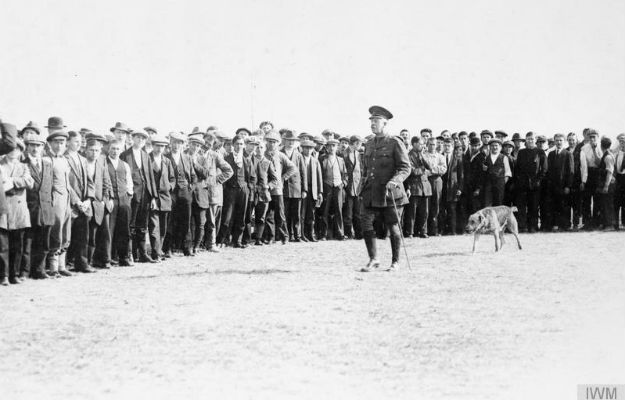 Lt Col Haines, commandant of the camp at Newbury Racecourse, inspects German internees, Oct 1914. Photo courtesy Imperial War Museum