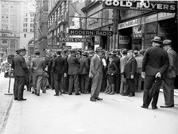 Crowds gather outside a radio shop in Sydney's Martin Place to listen to the running of the 1934 Melbourne Cup, won by Peter Pan. Photo provided by State Library of New South Wales.