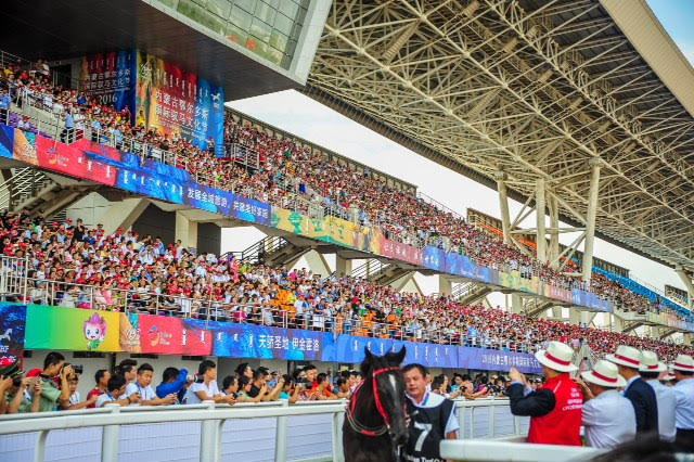 A crowd of 26,000 at the race meeting near the city of Ordos in China was testimony to the attraction of horse racing as pure sport in its own right. Photo: China Horse Club